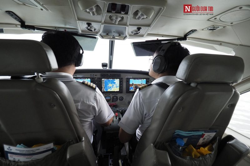 Phi công đang lái thủy phi cơ
