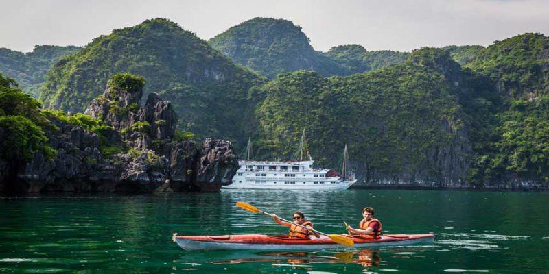 Chèo Thuyền kayaking trên Vịnh Lan Hạ