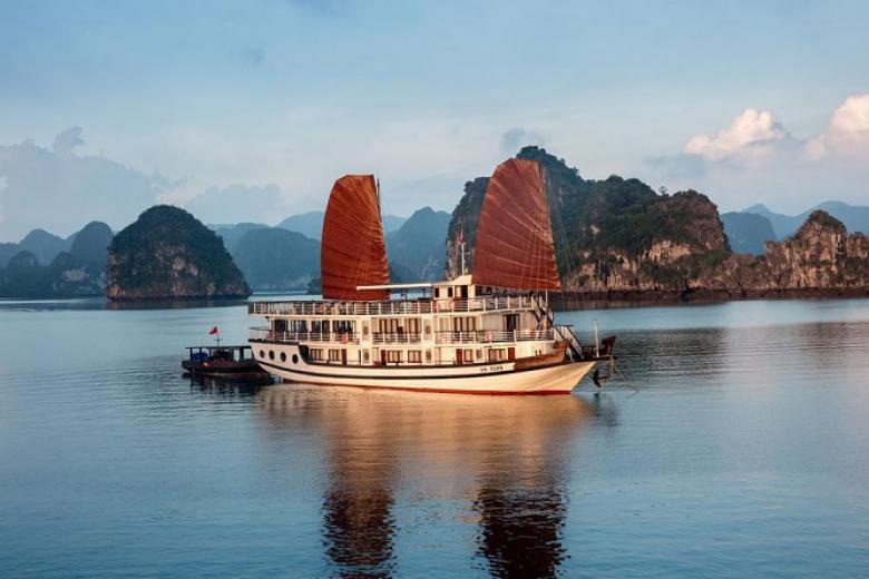 Tàu Bài Thơ Thăm Vịnh Hạ Long